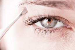 depilación de cejas con pinza